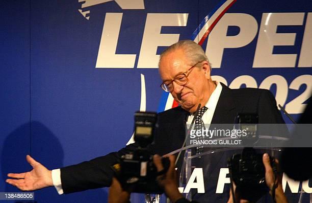 le président du Front national JeanMarie Le Pen salue ses militants le 05 mai 2002 dans sa résidence à SaintCloud où il s'est exprimé sur les...