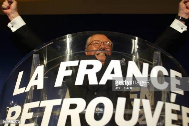 le président du Front national JeanMarie Le Pen salue ses militants le 05 mai 2002 dans sa résidence à SaintCloud après s'être exprimé sur les...