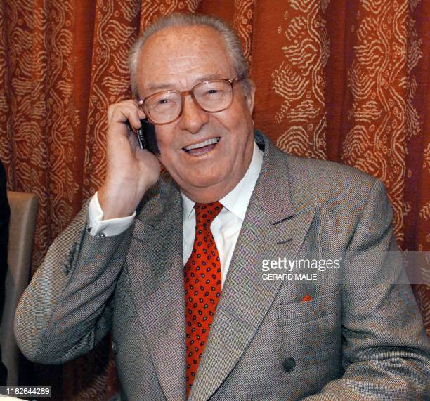 le président du Front national JeanMarie Le Pen s'entretient au téléphone le 18 septembre 2000 à Lyon avant de donner une conférence de presse sur la...
