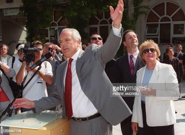 Le président du neuvième tournoi de Roland-Garros et de la Fédération française de tennis , Christian Bîmes montre, le 25 mai 2001 au stade...