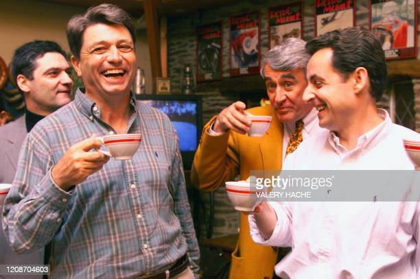 le président du parti Démocratie Libérale Alain Madelin et le président par interim du RPR Nicolas Sarkozy échangent des plaisanteries le 15 mai 1999...