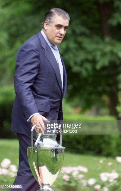 le président du Real de Madrid Lorenzo Sanz pose avec le trophée de la Ligue des Champions le 23 mai 2000 à Versailles lors d'une conférence de...