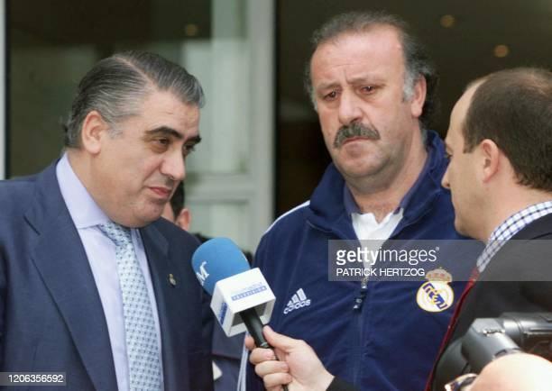 le président du Real Madrid Lorenzo Sanz et l'entraîneur de l'equipe Vicente del Bosque répondent aux questions des journalistes le 23 mai 2000 à...