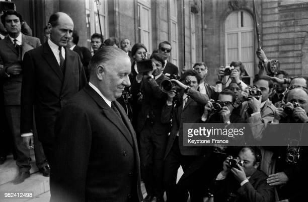 Le président du sénat et président de la république par intérim Alain Poher quitte le palais de l'Elysée à Paris en France le 28 mai 1969