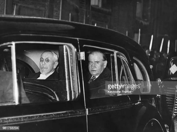 Le président du sénat Jules Jeanneney et le président du conseil Edouard Daladier quittent le palais de Versailles en France pour informer Albert...