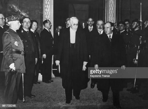 Le président du sénat Jules Jeanneney et le président du conseil Edouard Daladier quittent la salle du congrès à Versailles en France pour informer...