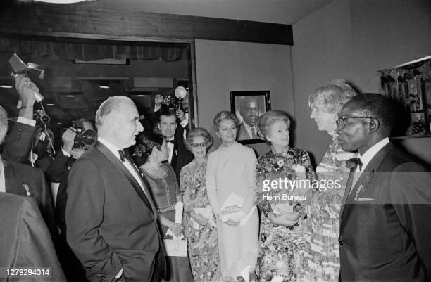 Le président du Sénégal Leopold Senghor accueille le président français Georges Pompidou pour son premier voyage en Afrique où ils ont visité la...