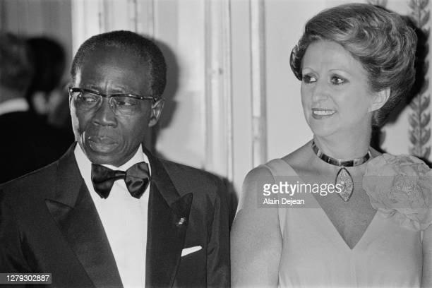 Le président du Sénégal : Leopold Senghor et sa femme Colette Hubert Senghor, participent à un diner de gala à l'Elysée. Ce diner réunit les...
