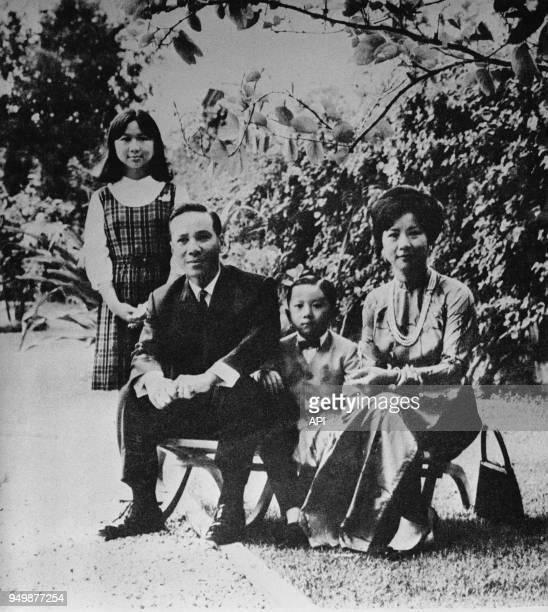 Le Président du SudVietnam Thieu sa femme Nguyen Th Mai Anh et ses enfants Nguyen Thi Tuan Anh et Nguyen Quang Loc Vietnam