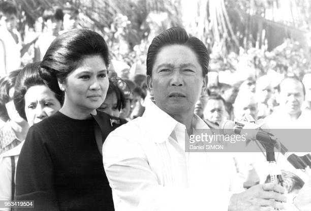 Le président Ferdinand Marcos et son épouse lmelda lors d'un défilé militaire en décembre 1977 à Manille Philippines