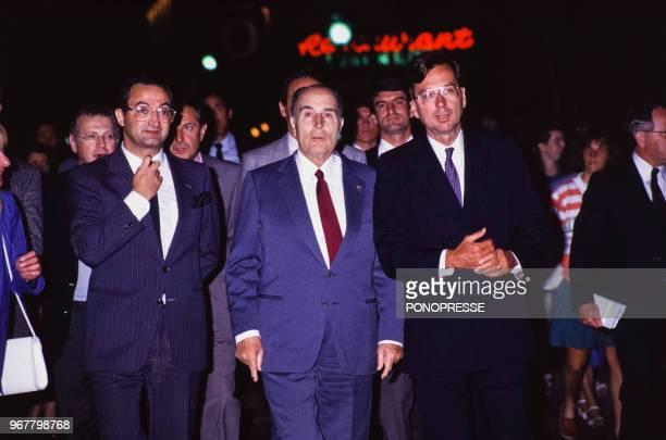 Le président français François Mitterrand avec Jacques Attali et Robert Bourassa leader du parti libéral du Québec le 25 mai 1987 Canada