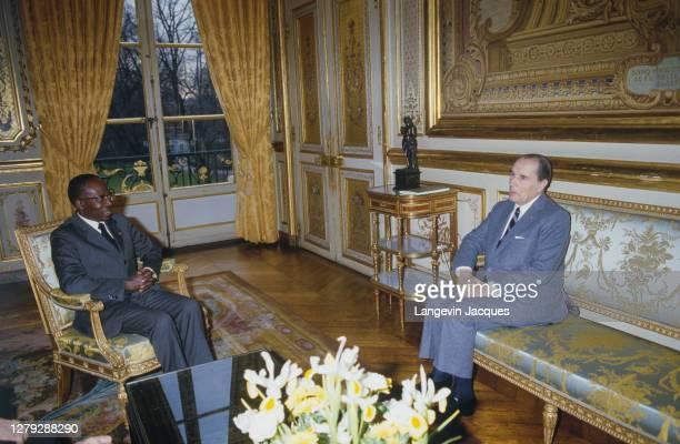 Le président français François Mitterrand reçoit Leopold Sedar Senghor à l'Elysée. Paris, 8 mars 1984.
