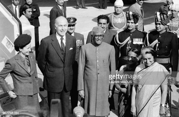 Le président français Valéry Giscard d'Estaing et son épouse AnneAymone accueillis par le président indien Sanjiva Reddy et son épouse et le Premier...