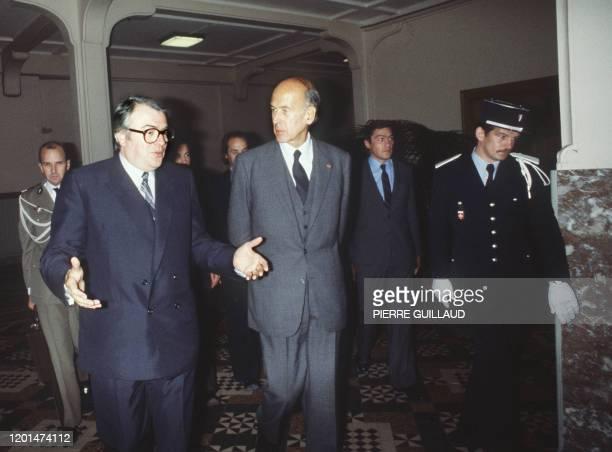 Le président français Valéry Giscard d'Estaing s'entretient avec Pierre Mauroy président du conseil régional du NordPasdeCalais le 09 Octobre 1980 à...