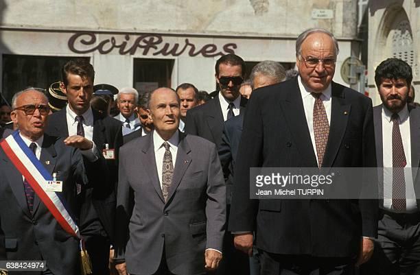 Le président François Mitterrand et le chancelier allemand Helmut Kohl lors du sommet francoallemand le 1er mai 1993 à Beaune France