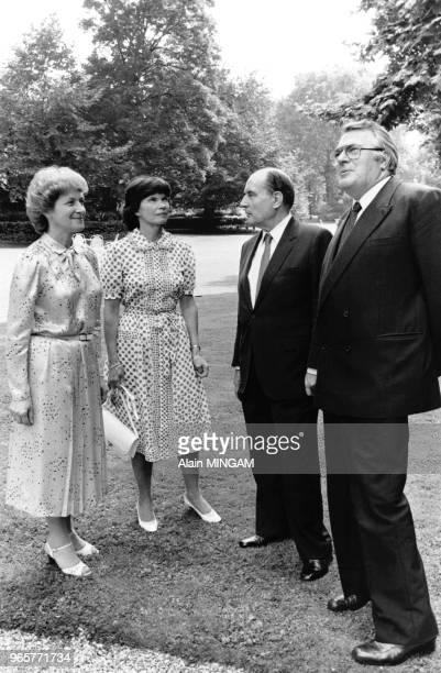 Le Président François Mitterrand et son épouse Danielle Mitterrand sont reçus à l'Hôtel de Matignon par le Premier Ministre Pierre Mauroy et son...