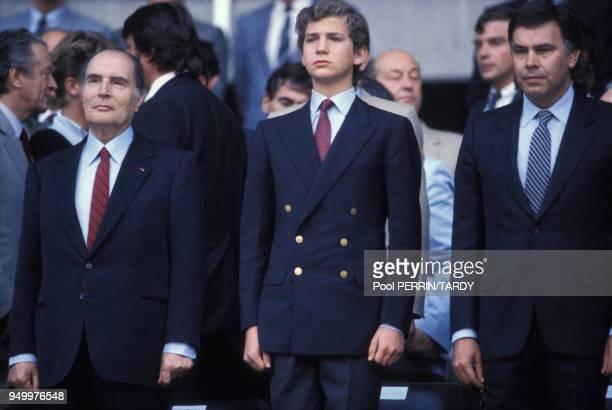 Le Président François Mitterrand, le Prince Felipe d'Espagne et le Premier Ministre espagnol, Felipe Gonzalez, assistent à la finale entre la France...