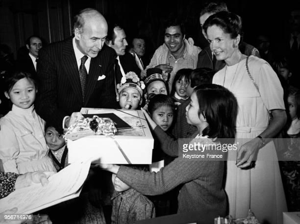 Le Président Giscard d'Estaing et son épouse AnneAymone Giscard d'Estaing avec des enfants pour la fête de Noël au palais de l'Elysée à Paris France