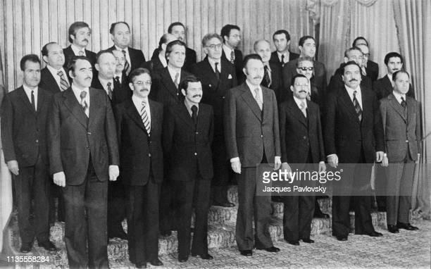 Le Président Houari Boumediene entre les membres du Conseil de la Révolution De gauche à droite MM Draia Larbi Bouteflika Abdelghani Ben Cherif Circa...