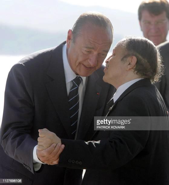 le président Jacques Chirac accueille le 15 août 2004 sur le porteavions Charles de Gaulle au large de Toulon son homologue algérien Abdelaziz...