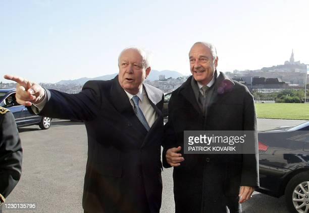 Le président Jacques Chirac est accueilli par le sénateur-maire de Marseille Jean-Claude Gaudin, le 14 novembre 2004 au Palais du Pharo à Marseille,...