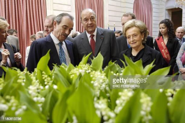 Le Président Jacques Chirac et son épouse assistent, le 01 mai 2005 au Palais de l'Elysée à Paris, à la traditionnelle cérémonie de remise du muguet....
