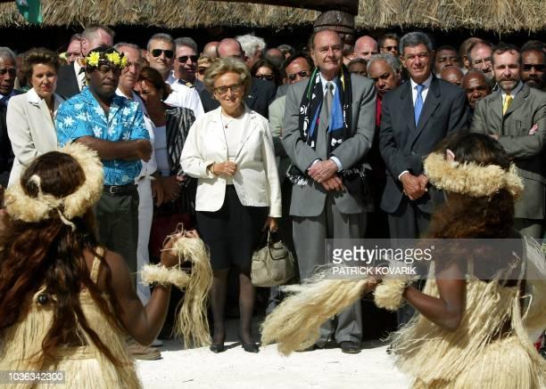 le président Jacques Chirac et son épouse Bernadette assistent à une cérémonie d'accueil coutumier de l'île de Lifou le 24 juillet 2003 au cours de...