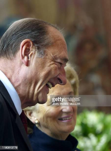 le président Jacques Chirac et son épouse Bernadette participent le 1er mai 2004 au Palais de l'Elysée à Paris à la traditionnelle cérémonie de...