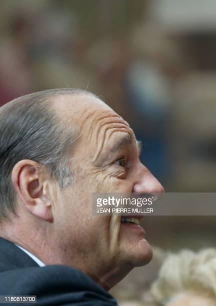 le président Jacques Chirac participe le 1er mai 2004 au Palais de l'Elysée à Paris à la traditionnelle cérémonie de remise du muguet AFP PHOTO...