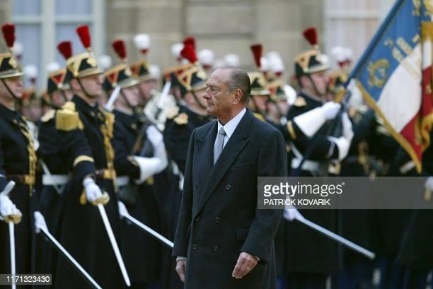 le président jacques Chirac passe les troupes en revue au Palais de l'Elysée à Paris le 05 janvier 2004 lors de la traditionnelle cérémonie du salut...