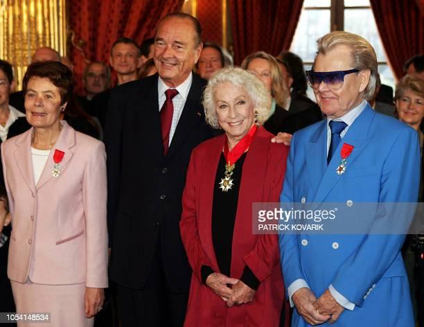 le Président Jacques Chirac pose le 14 janvier 2005 au Palais de l'Elysée à Paris aux côtés de MarieThérèse Boisseau ancienne secrétaire d'Etat aux...