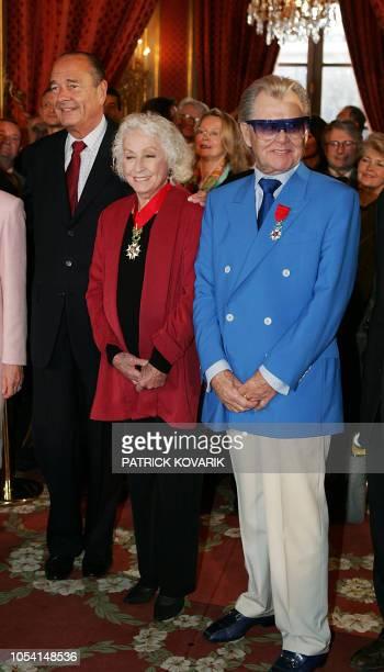 le Président Jacques Chirac pose le 14 janvier 2005 au Palais de l'Elysée à Paris aux côtés de l'actrice Danielle Darrieux décorée des insignes de...