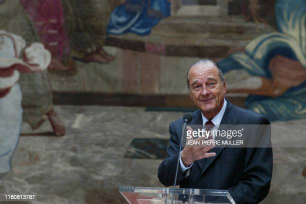 Le président Jacques Chirac prononce un discours, le 1er mai 2004 au Palais de l'Elysée à Paris, lors de la traditionnelle cérémonie de remise du...