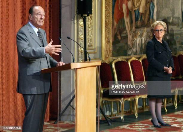 Le président Jacques Chirac prononce une allocution en présence de son épouse Bernadette le 13 avril 2007 au Palais de l'Elysée à Paris lors d'une...