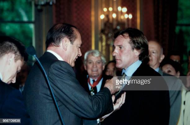 Le président Jacques Chirac remet la décoration de Chevalier de la Légion d'Honneur à l'acteur Gérard Depardieu après avoir décoré l'acteur Jean...