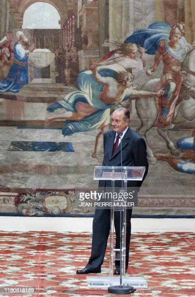le président Jacques Chirac s'apprête à prononcer un discours le 1er mai 2004 au Palais de l'Elysée à Paris lors de la traditionnelle cérémonie de...