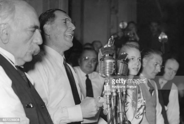 Le Président Juan Perón prononçant un discours sur la Place de Mai avec de gauche à droite le viceprésident Hortensio Quijano Juan Perón Eva Perón et...