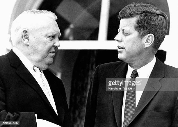 Le Président kennedy discutant avec le ministre de l'économie ouest allemand Ludwig Erhard lors de sa visite en Allemagne de l'Ouest le 23 novembre...