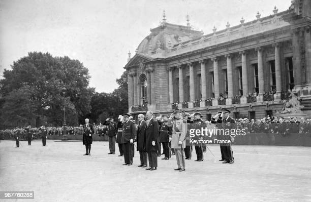 Le Président Lebrun accompagné du maréchal Pétain salut les troupes à son arrivée devant le Grand Palais à Paris France le 14 juillet 1934