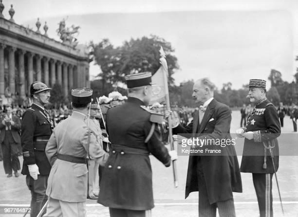 Le Président Lebrun passe le drapeau à Paris France le 14 juillet 1934