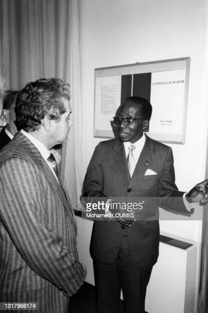 Le président Leopold Senghor en compagnie de Pierre Sergers à une soirée à la maison de la poésie le 14 mai 1986.