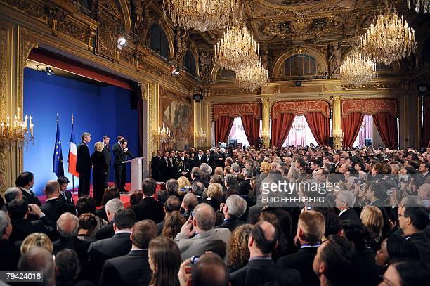 Le prsident Nicolas Sarkozy prononce un discours au ct du ministre de l'Education Xavier Darcos le 31 janvier 2008 au palais de l'Elysee Paris lors...