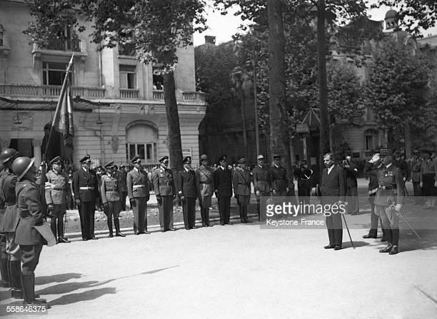 Le président Pierre Laval salue la prise d'armes circa 1940 à Vichy France