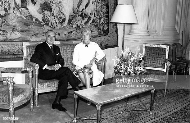 Le Président Pompidou pose avec sa femme Claude dans un salon de l'Elysée le 21 juin 1969 à Paris France