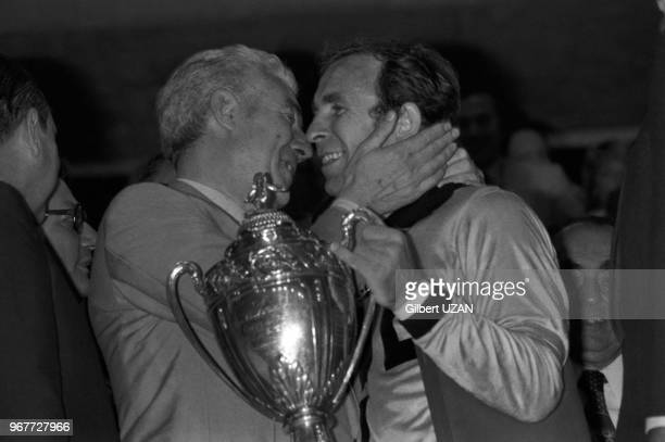 Le président Roger Rocher et le gardien de but de l'AS SaintEtienne Ivan urkovi célèbrent la victoire en finale de la Coupe de France le 18 juin 1977...