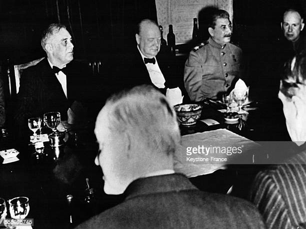 Le Président Roosevelt, Winston Churchill et Staline durant la Conférence de Téhéran, en Iran en novembre 1943.