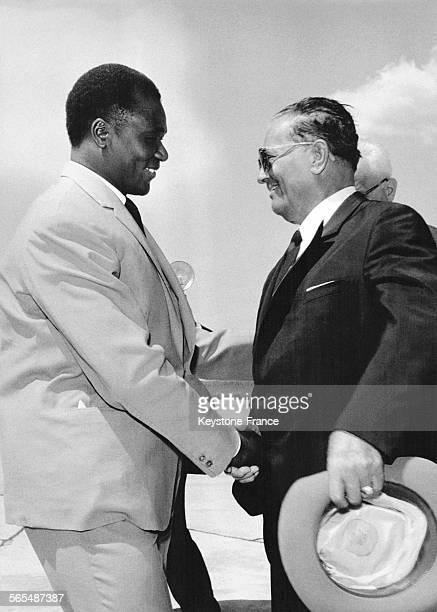 Le président Sékou Touré accueilli à son arrivée par le président Tito à Belgrade Yougoslavie le 6 août 1965