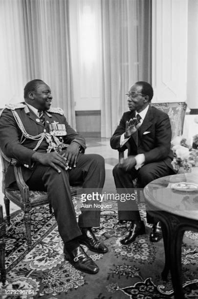 Le président sénégalais Leopold Senghor rencontre le président ougandais Idi Amin Dada lors du sommet de l'OUA : Organisation de l'Unité Africaine,...