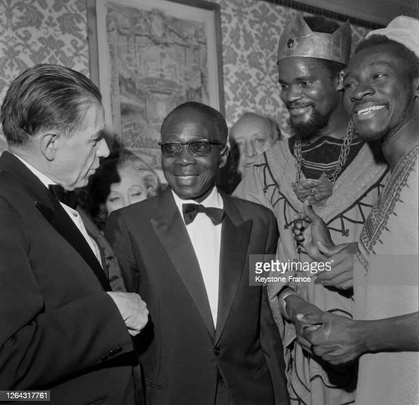 Le président sénégalais Léopold Sédar Senghor présente à Edmond Michelet, ministre français des Affaires culturelles les principaux acteurs de la...
