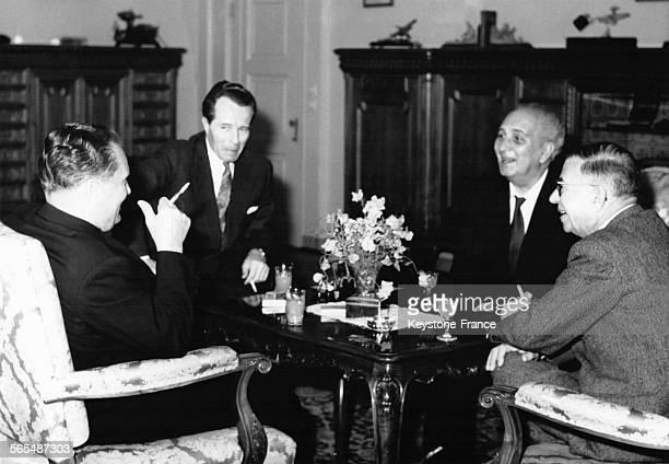 Le président Tito Leo Matez secrétaire général Aleksandar Vuco poète et romancier serbe et JeanPaul Sartre photographiés durant la réception à...